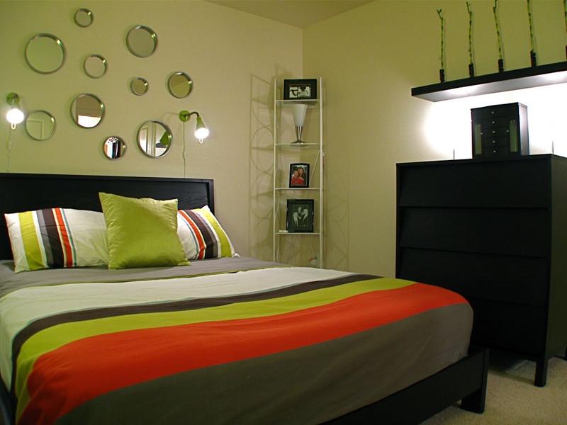 Чем украсить стены в спальне: фотообои, виниловые наклейки, часы