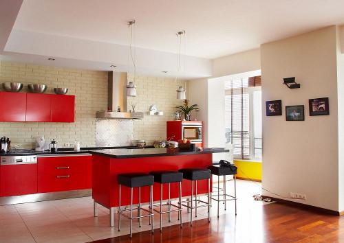 Красные кухни по-прежнему в моде