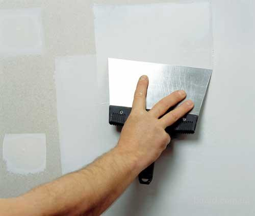 Как поклеить обои на побеленные стены и подготовить поверхность?