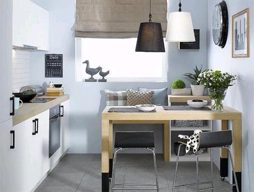 Интерьер маленькой темной кухни