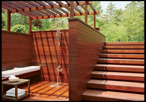 Солнечный душ в саду на даче